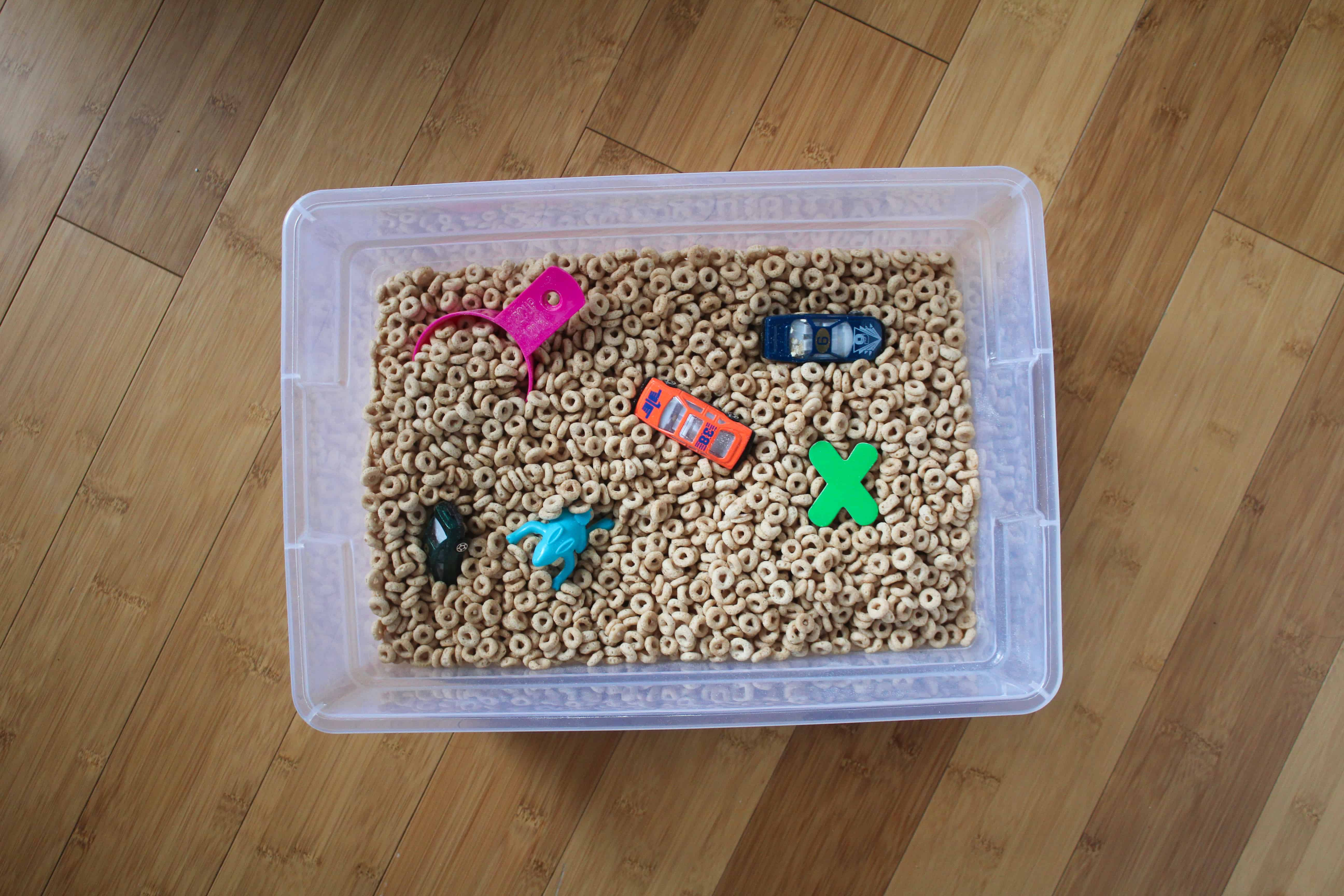 Cheerio sensory bin for toddlers. Fun indoor toddler activity