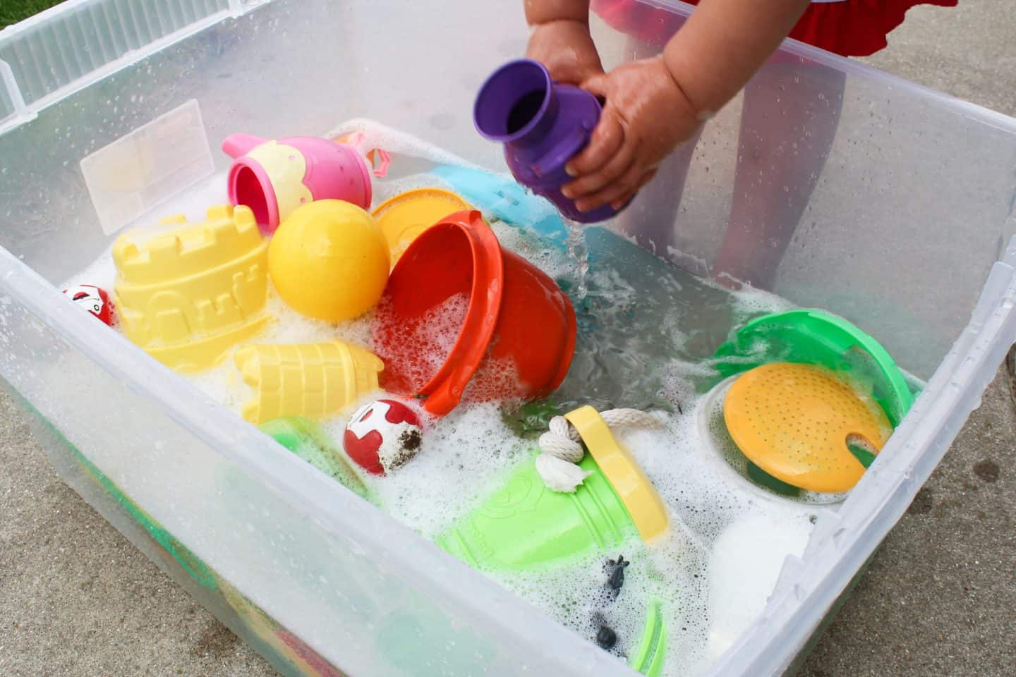 Sensory box using bubbles for outdoor water play. Perfect summer activity for toddlers and preschoolers #waterplay #sensorybox #summeractivities