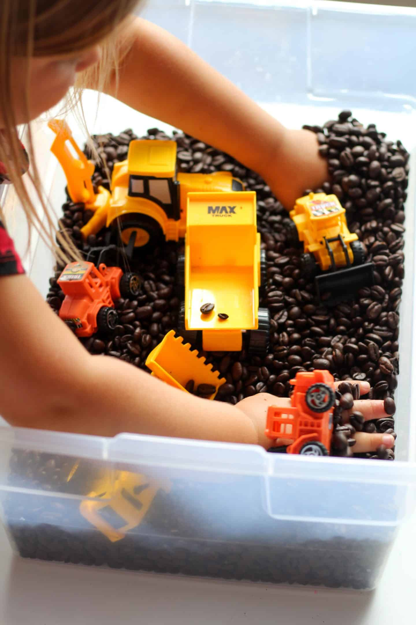 Construction sensory bin for toddlers and preschoolers #pretendplay #sensorybin